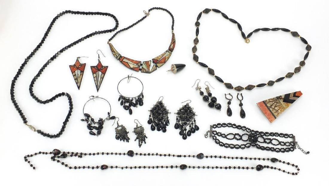 Vintage jewellery including jet necklaces and earrings Further condition reports can be found at the