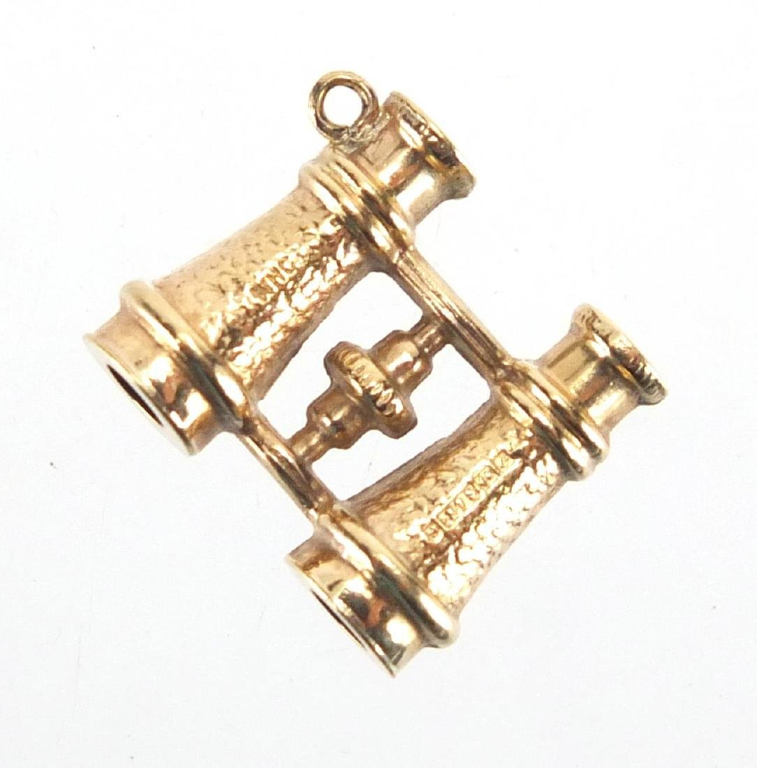 9ct gold pair of binoculars charm, 1.5cm in length, approximate weight 0.9g