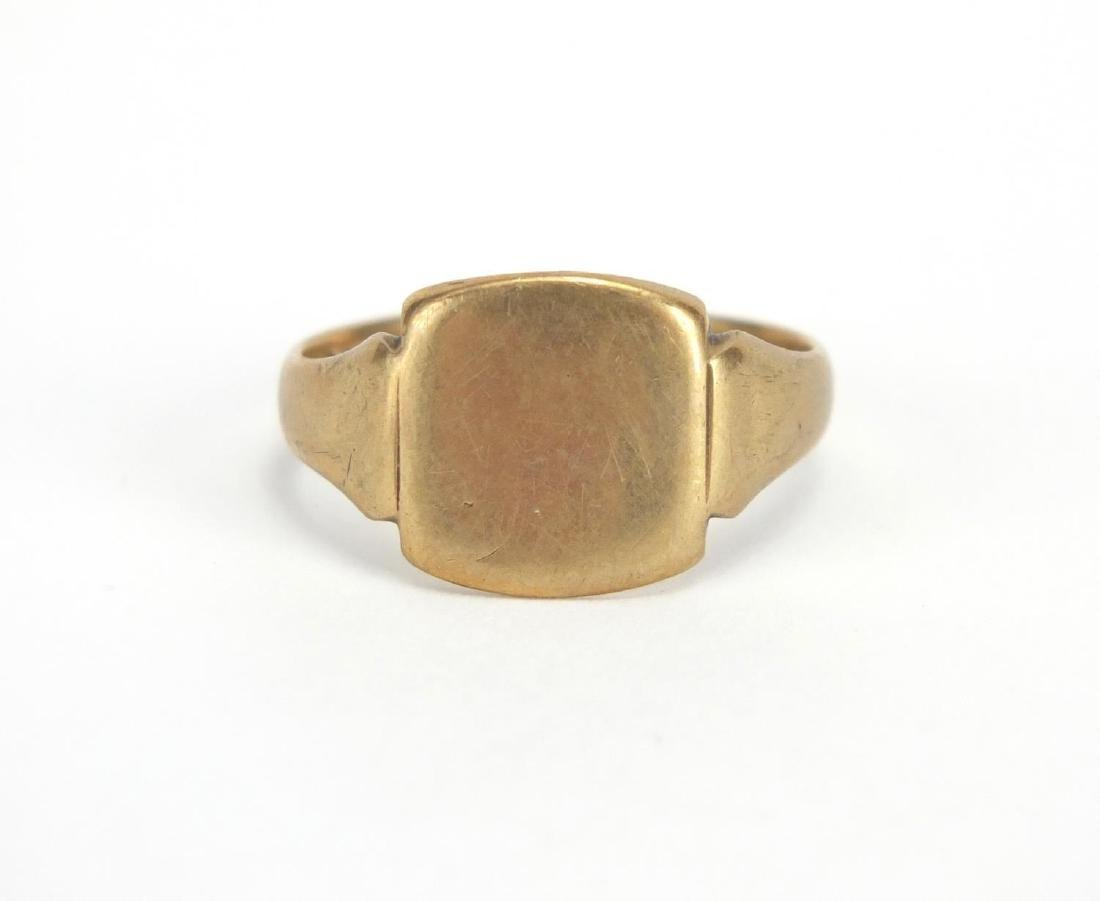 9ct gold signet ring, size T, approximate weight 4.4g