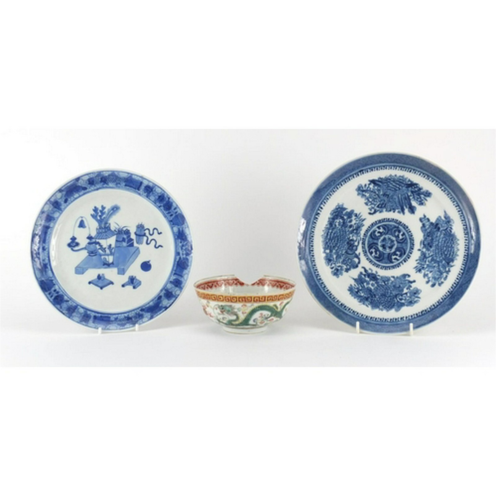Chinese porcelain comprising two blue and white plates