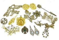 Vintage and later jewellery including silver brooches,