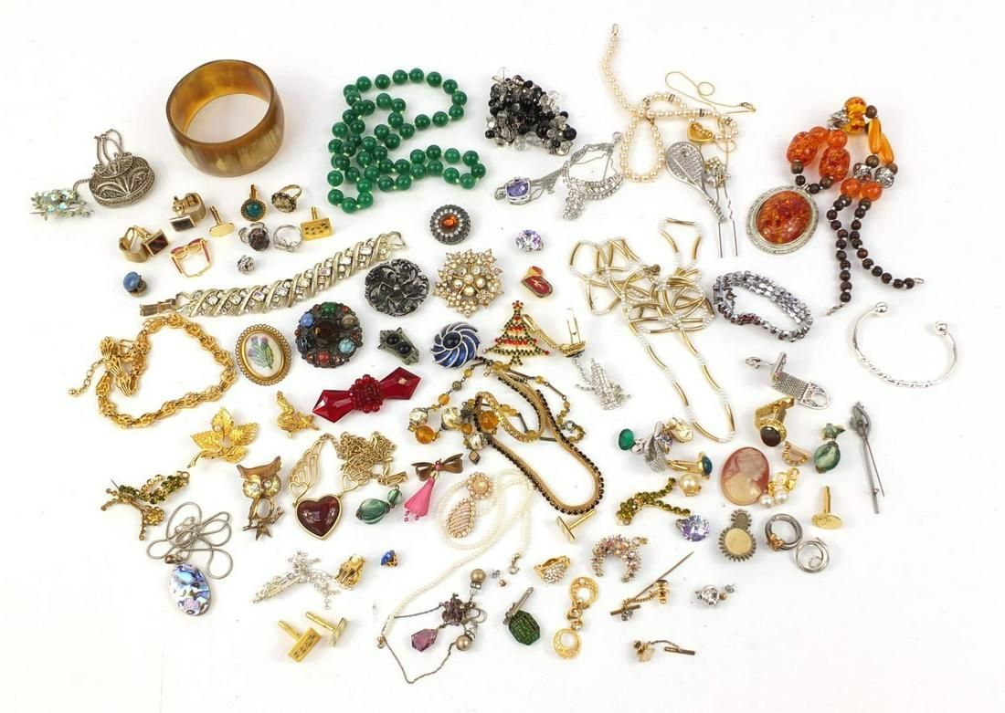 Vintage and later jewellery including brooches,