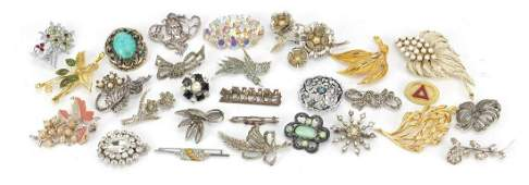 Vintage and later costume jewellery brooches including