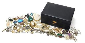 Antique and later jewellery including cameo and
