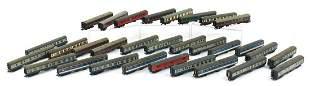 Thirty 00 gauge model railway coaches in...