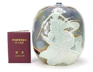 Large Chinese porcelain vase decorated w...