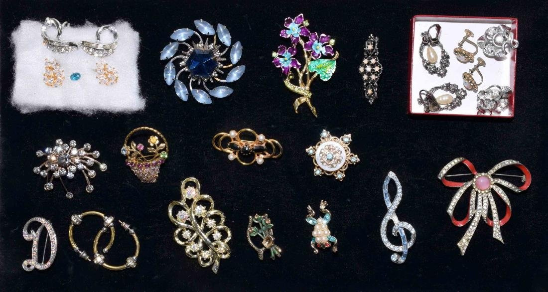 ASSORTED RHINESTONE COSTUME JEWELRY - Includes broaches