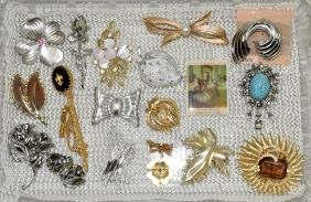 ASSORTED PINS & BROOCHES - Most signed: Cora, Sarah