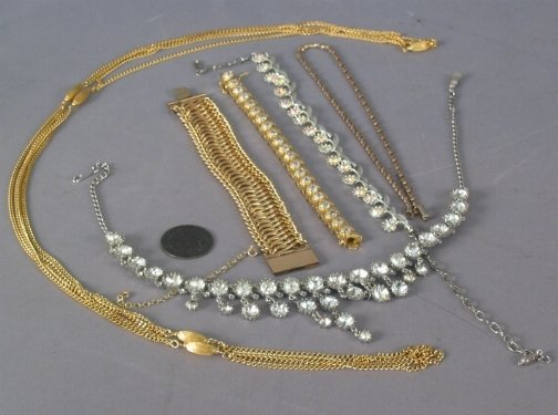 2585: ASSORTED COSTUME JEWELRY. The lot includes six pi