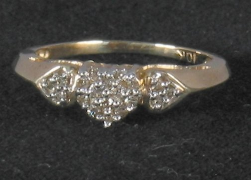 3077: DIAMOND HEART CLUSTER RING.  The ring has three d