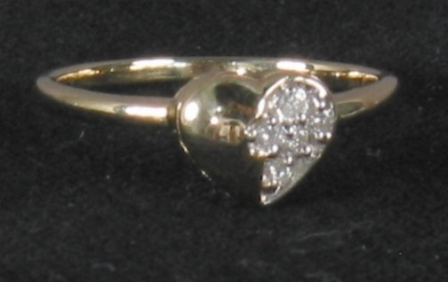 3079: DIAMOND HEART RING. The ring has a 14k yellow gol