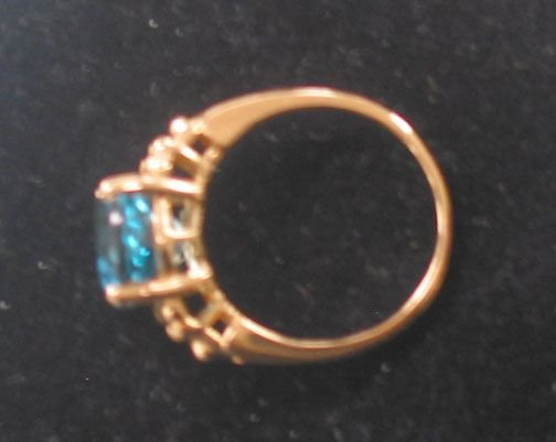 3081: 14K BLUE TOPAZ RING. The ring has an oval cut sto