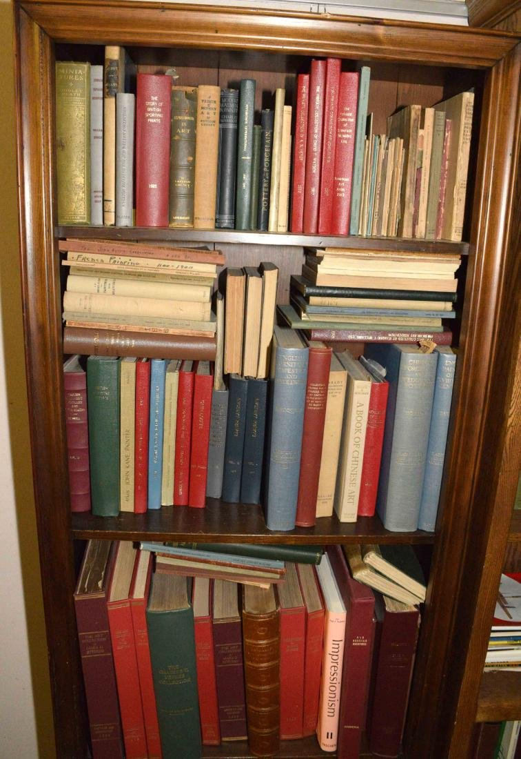 A LARGE COLLECTION OF ART AND ANTIQUE BOOKS.