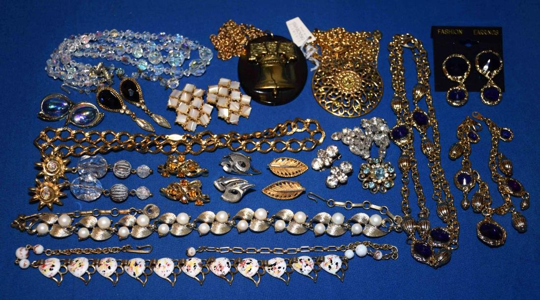 (18) PCS. MISC. VINTAGE COSTUME JEWELRY. Some signed.