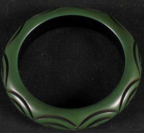 1005: BAKELITE BRACELET. The bracelet is green with a c