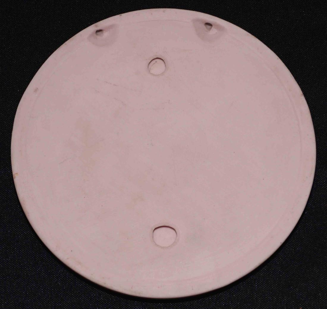 PINK JASPERWARE PLAQUE. Pink jasperware plaque, round - 2