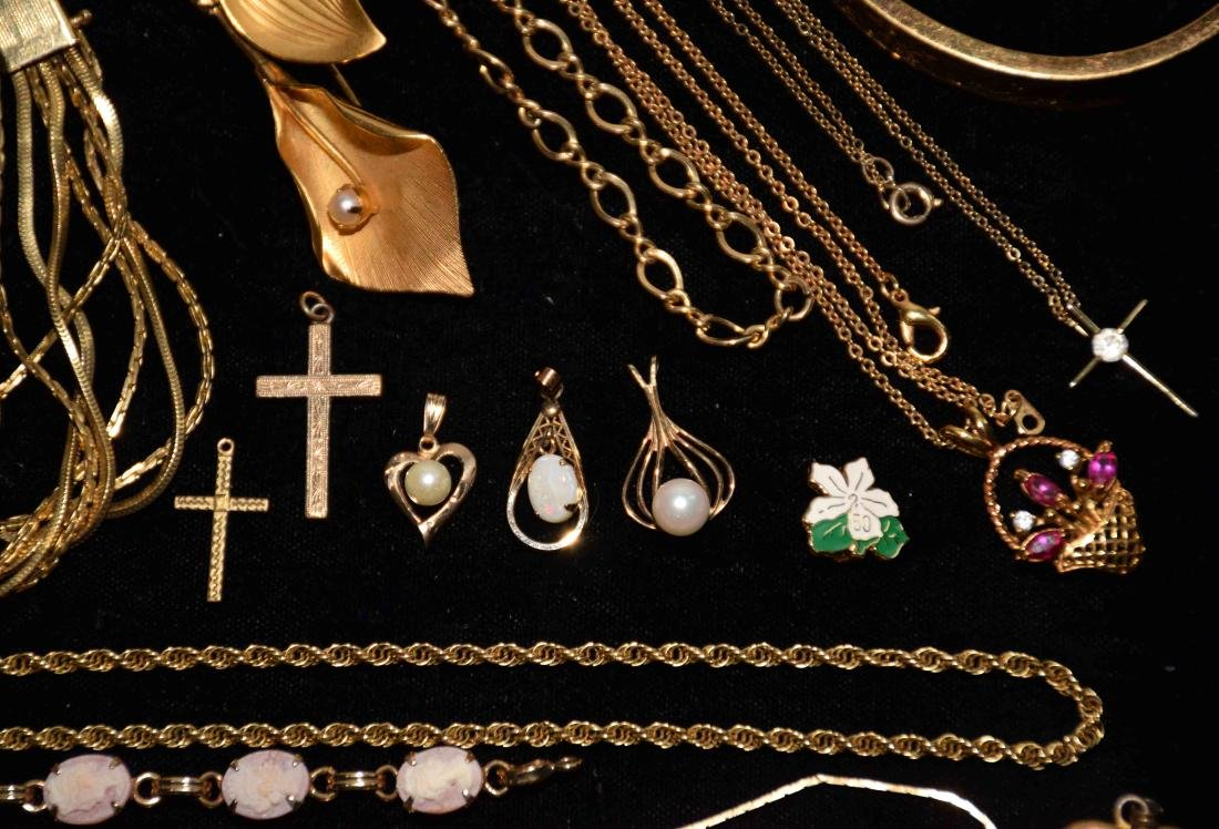 (25+) PCS. ASST. LADIES GOLD FILLED JEWELRY. Includes: - 6