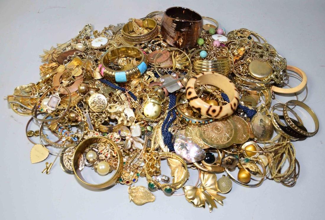 BIN/ASSORTED GOLD TONE JEWELRY. - 2