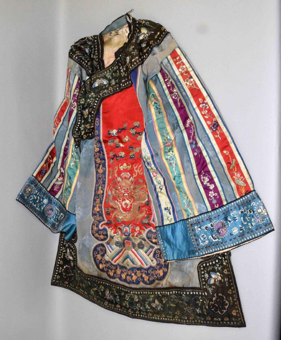 ANTIQUE CHINESE SILK EMBROIDERED KIMONO.