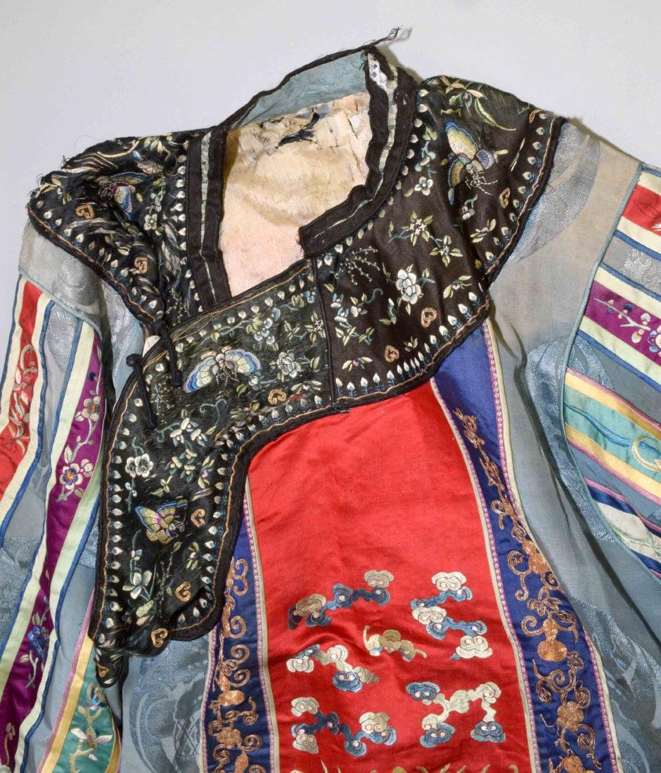 ANTIQUE CHINESE SILK EMBROIDERED KIMONO. - 3