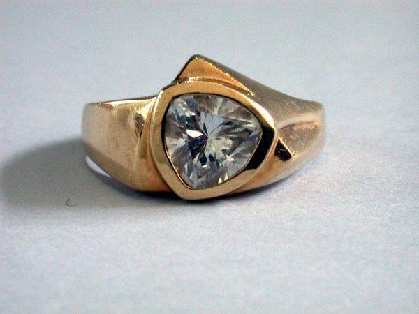 6: MAN'S 10K CZ RING N/R. Ring has a triangul