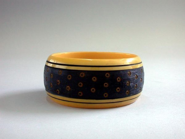 12: BAKELITE CARVED BANGLE N/R. Bracelet has