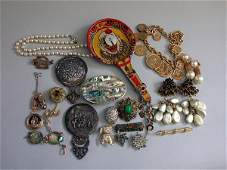 36: ASSORTED VINTAGE JEWELRY N/R. Lot include