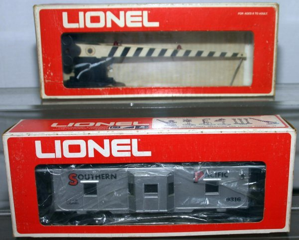718: LIONEL O GAUGE CROSSING GATE, S.P. BOXCAR. Box: NO