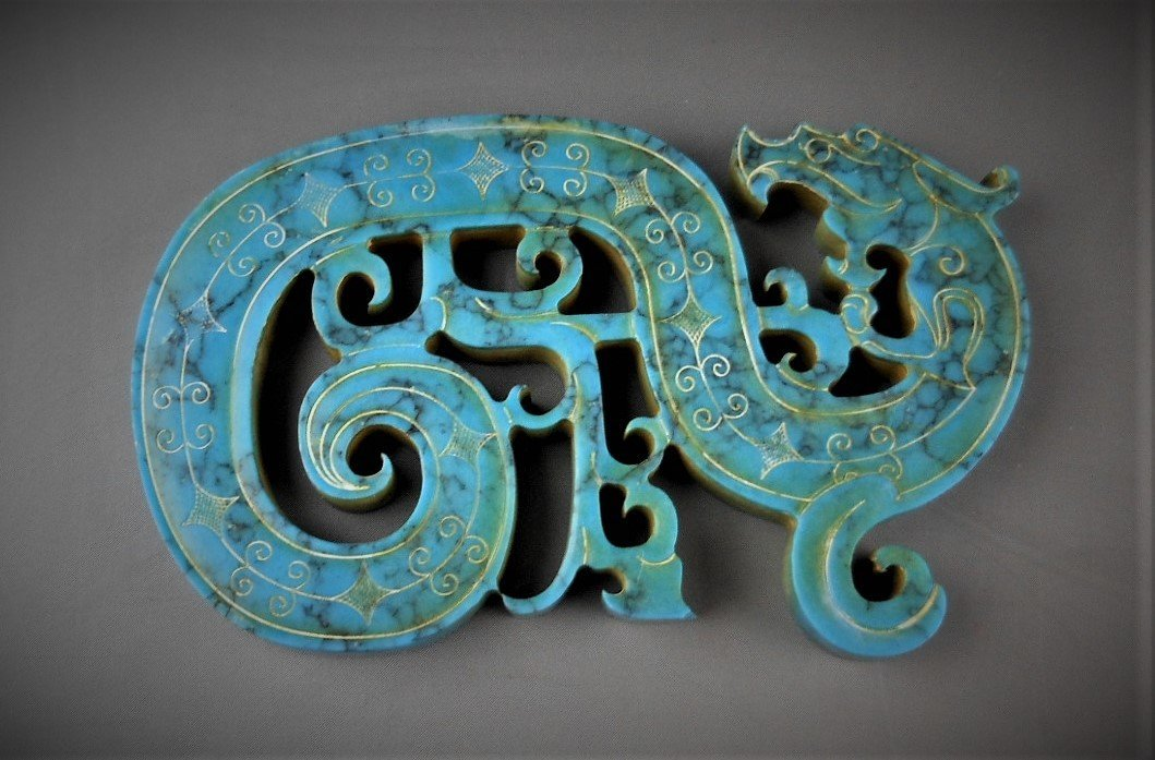 A CHINESE ARCHAIC DRAGON-FORMED TURQUOIS PENDANT