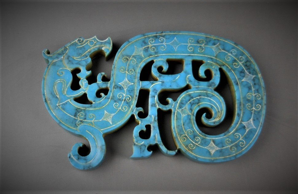 A CHINESE ARCHAIC DRAGON-FORMED TURQUOIS PENDANT - 2