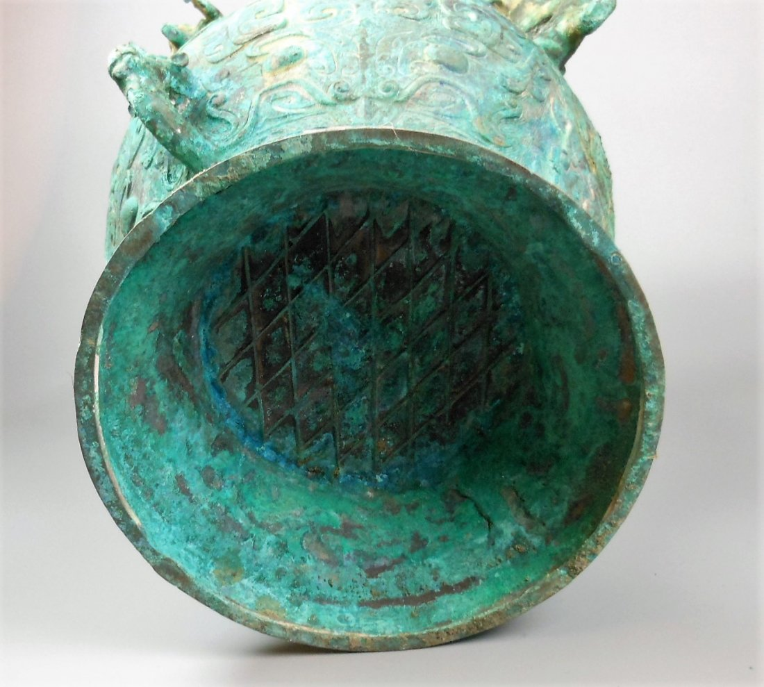 A CHINESE ARCHAIC BRONZE VESSEL, LEI - 8