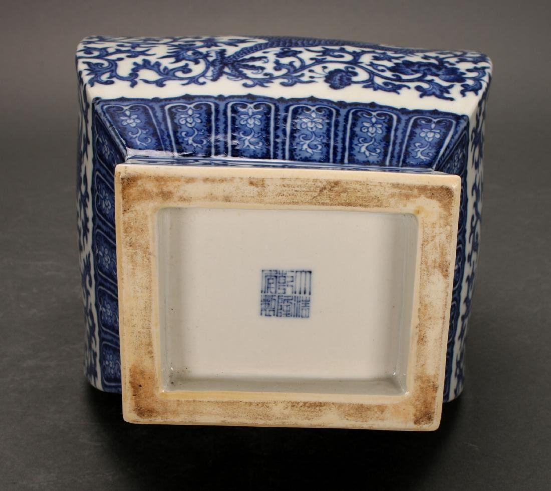 A CHINESE BLUE AND WHITE PORCELAIN VASE - 7