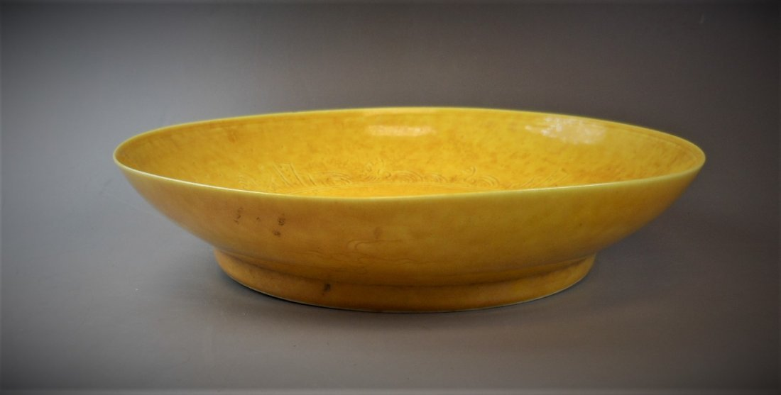 A CHINESE YELLOW-GLAZED PORCELAIN PLATE