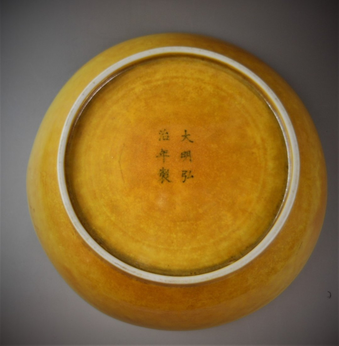 A CHINESE YELLOW-GLAZED PORCELAIN PLATE - 4