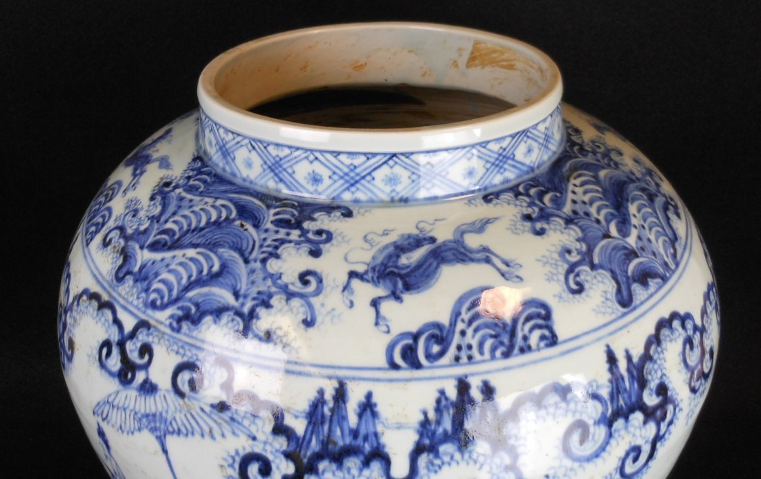 A Chinese Ming dynasty blue and white porcelain jar - 3