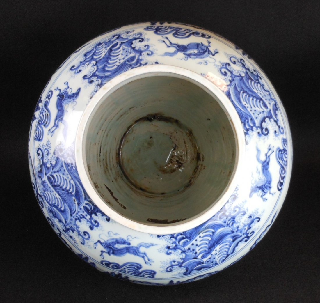 A Chinese Ming dynasty blue and white porcelain jar - 4