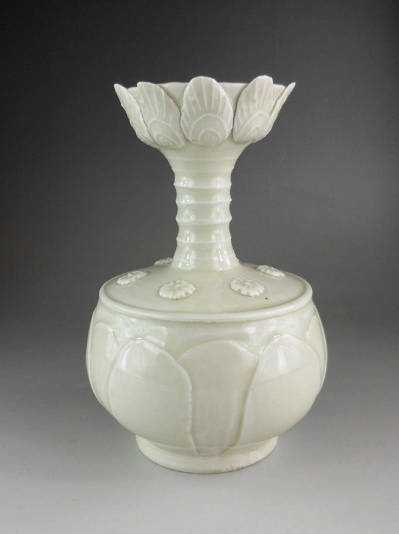 A Chinese Song style white glazed floscelle porcelain