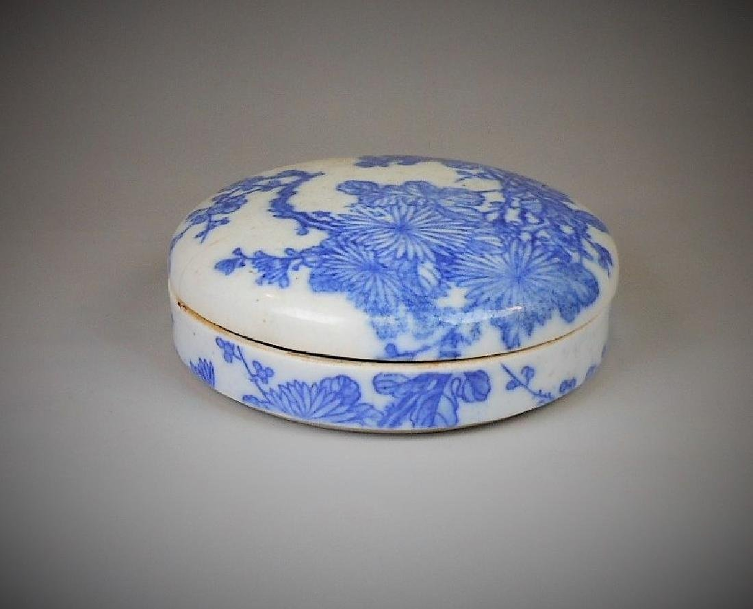 A Chinese blue and white porcelain lidded box