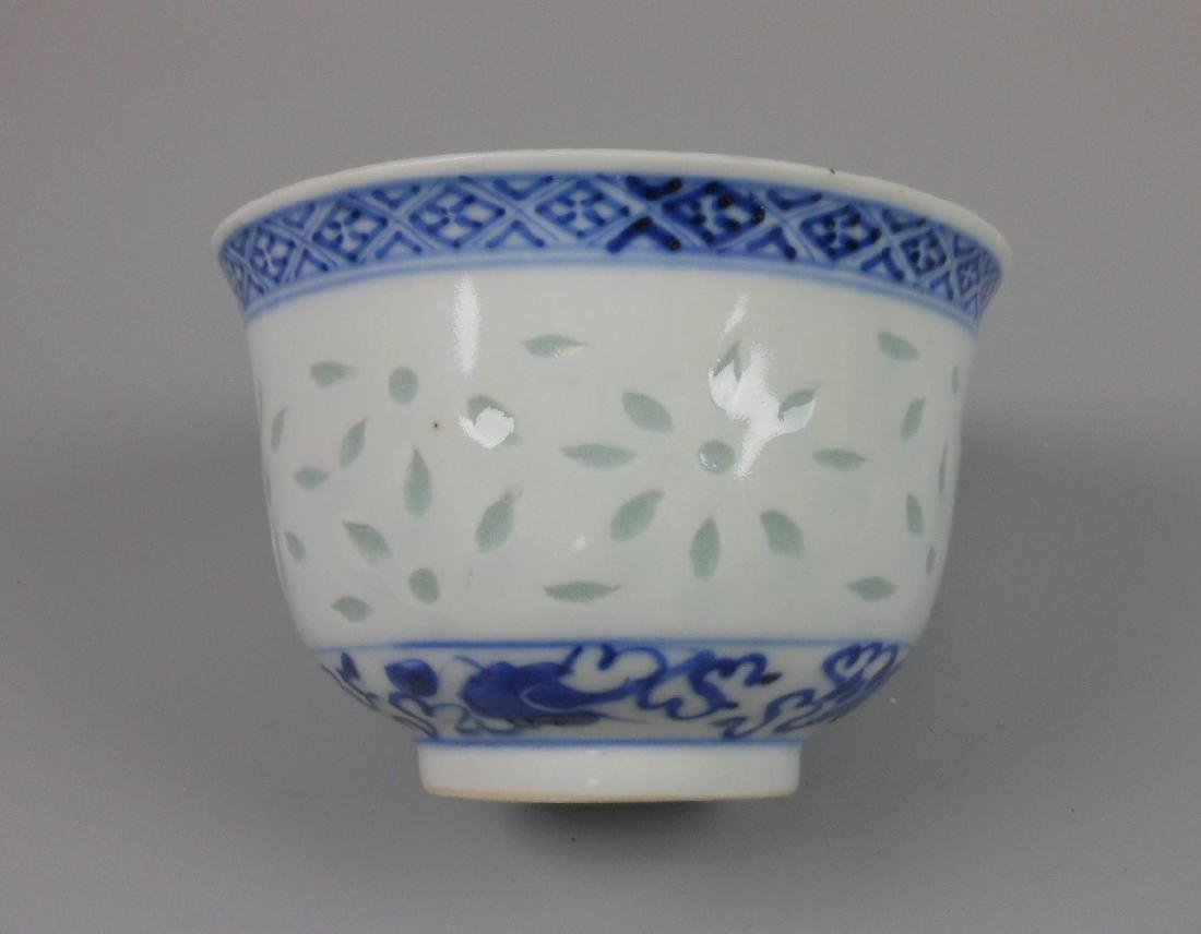 A Chinese blue and white porcelain goblet - 4
