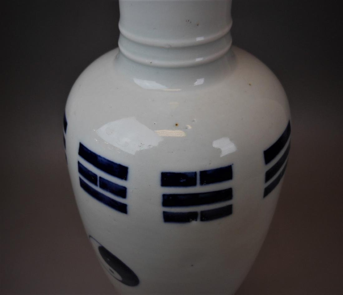A Chinese Qing dynasty blue and white vase - 8