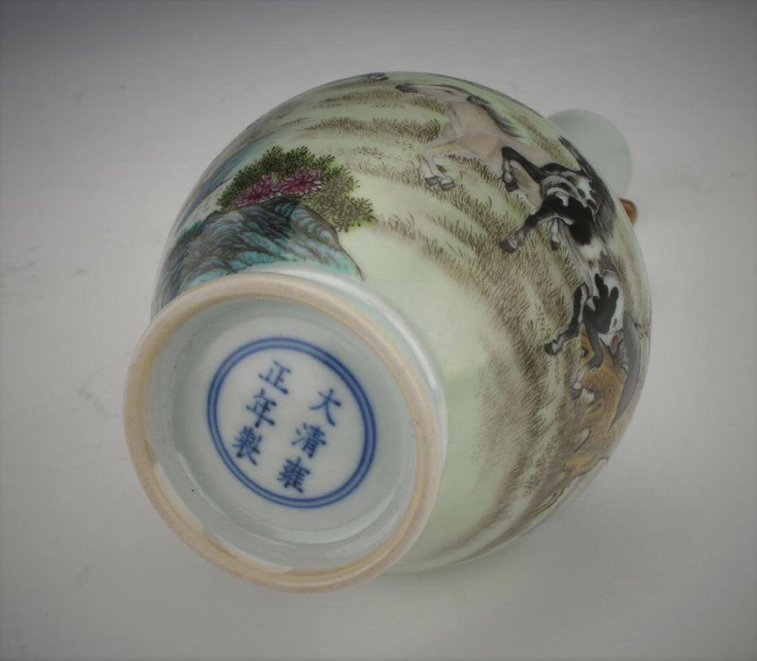 A Chinese Qing dynasty famille rose vase - 10