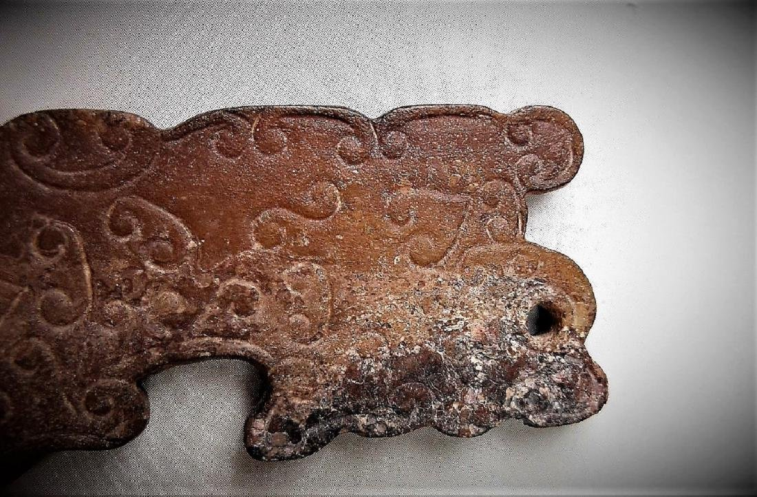 A Chinese archaic style jade carved tiger pendant - 4