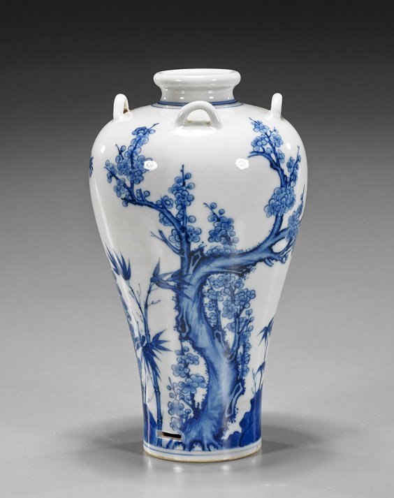 Chinese b/w porcelain vase