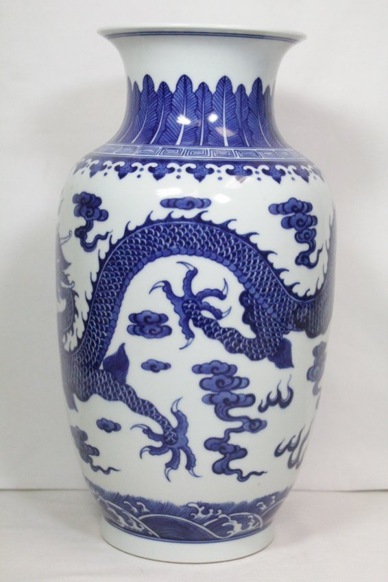 A beautiful Chinese blue and white porcelain vase - 2