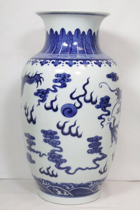 A beautiful Chinese blue and white porcelain vase - 4