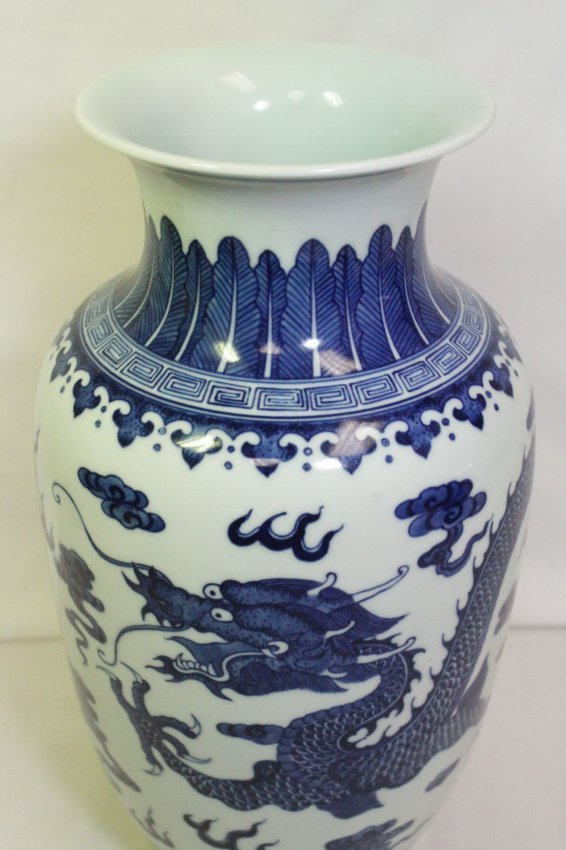 A beautiful Chinese blue and white porcelain vase - 6
