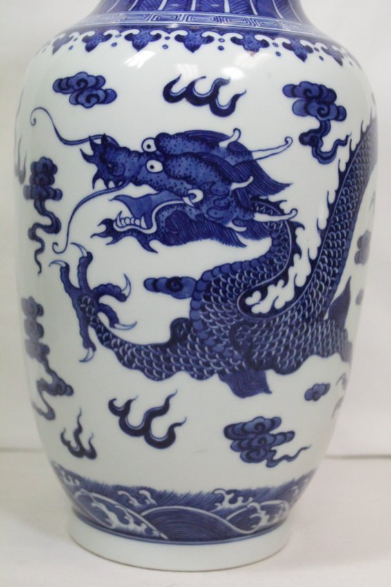 A beautiful Chinese blue and white porcelain vase - 7