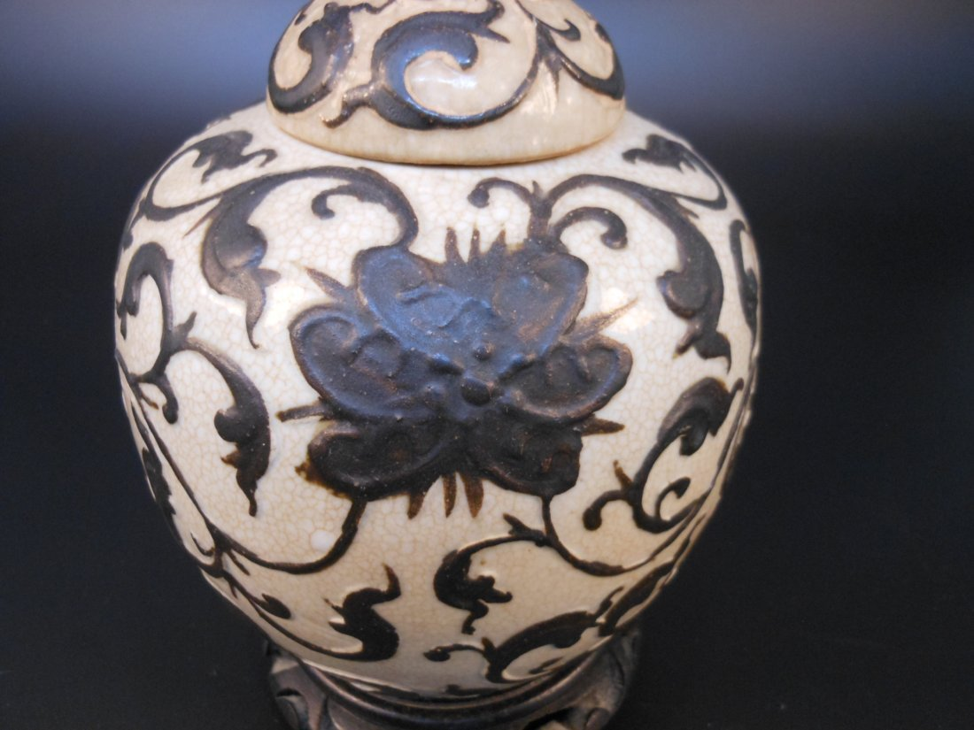 A Chinese antique porcelain jar carved with flowers - 4