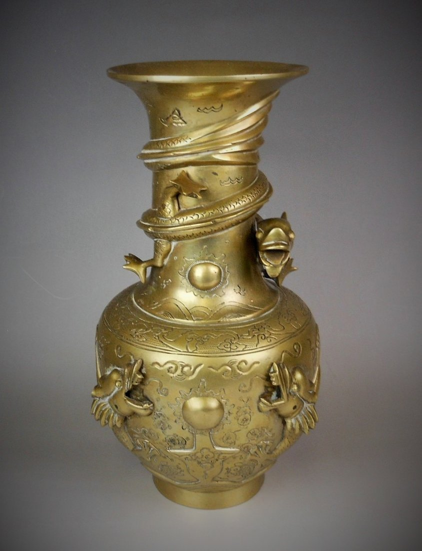 A Chinese antique bronze vase  carved with dragon - 2