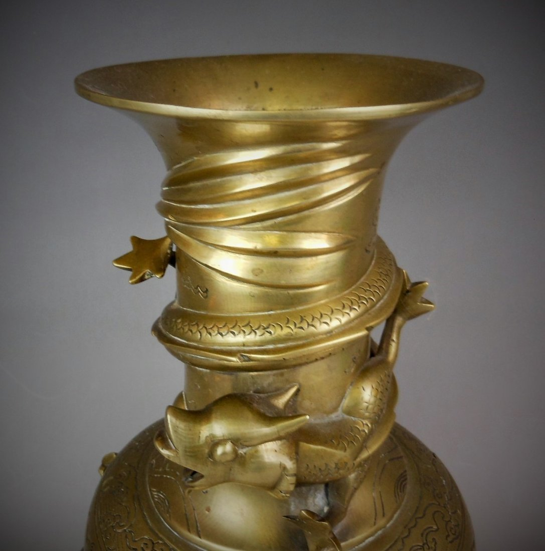 A Chinese antique bronze vase  carved with dragon - 3